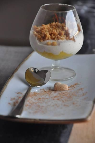 Mousse di ricotta, con mango e crumble ai cereali