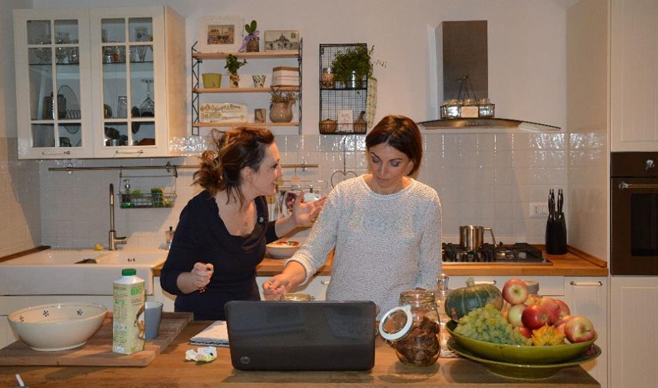 Giovanna (io con la maglia chiara) e Camilla alle prese con tigelle e gnocchi fritti
