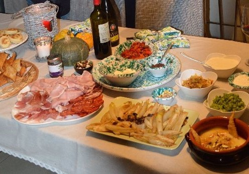 Affettati, formaggi e verdure per lo gnocco fritto e per le tigelle