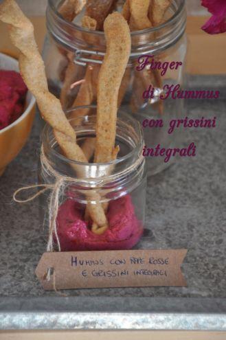 Hummus con rape rosse e grissini integrali