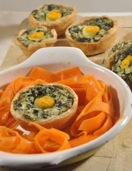 Piccoli fiori di pasta brisé con ricotta e misticanza, accompagnati da insalatina di carote