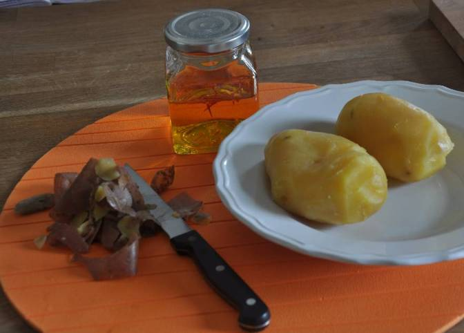 patate bollite e zafferano in infusione