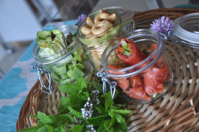 vassoio con wrap al salmone e vegetariane