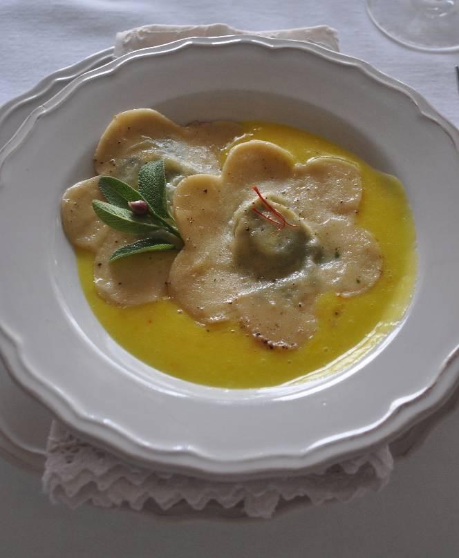 Fiori ripieni di ricotta e spinaci su crema di patate e zafferano