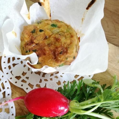 muffin frittata con decorazione di ciuffo di carote e ravanello