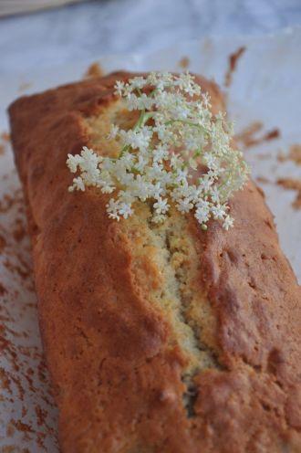 Plumcake con fiori di sambuco e di acacia
