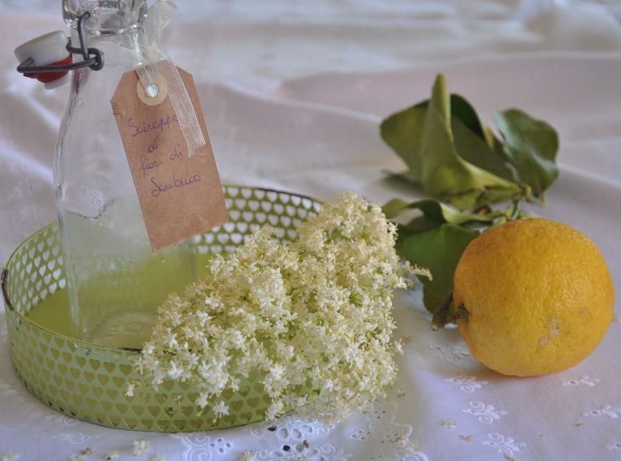 Fiori di sambuco, limone bio e bottiglia con etichetta