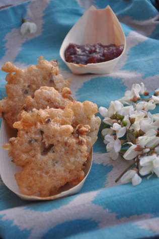 Fiori d'acacia in pastella accompagnati da una marmellata di ciliegie