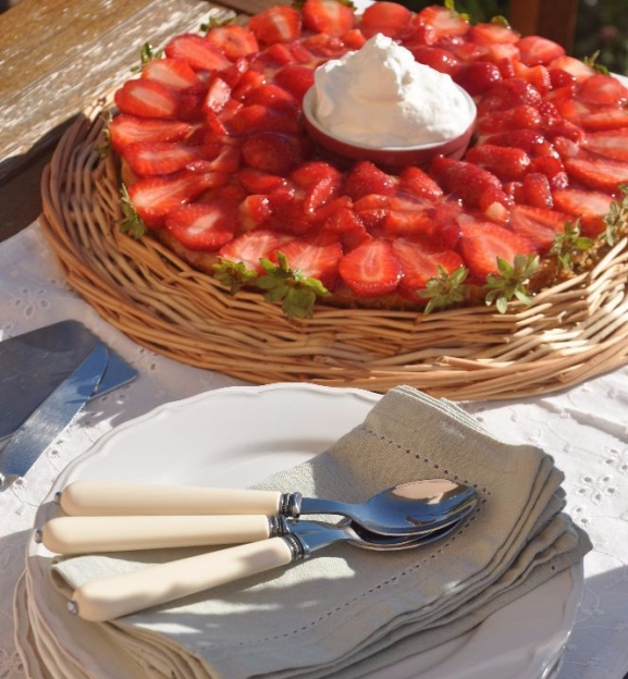 Torta di fragole con panna pronta per essere servita