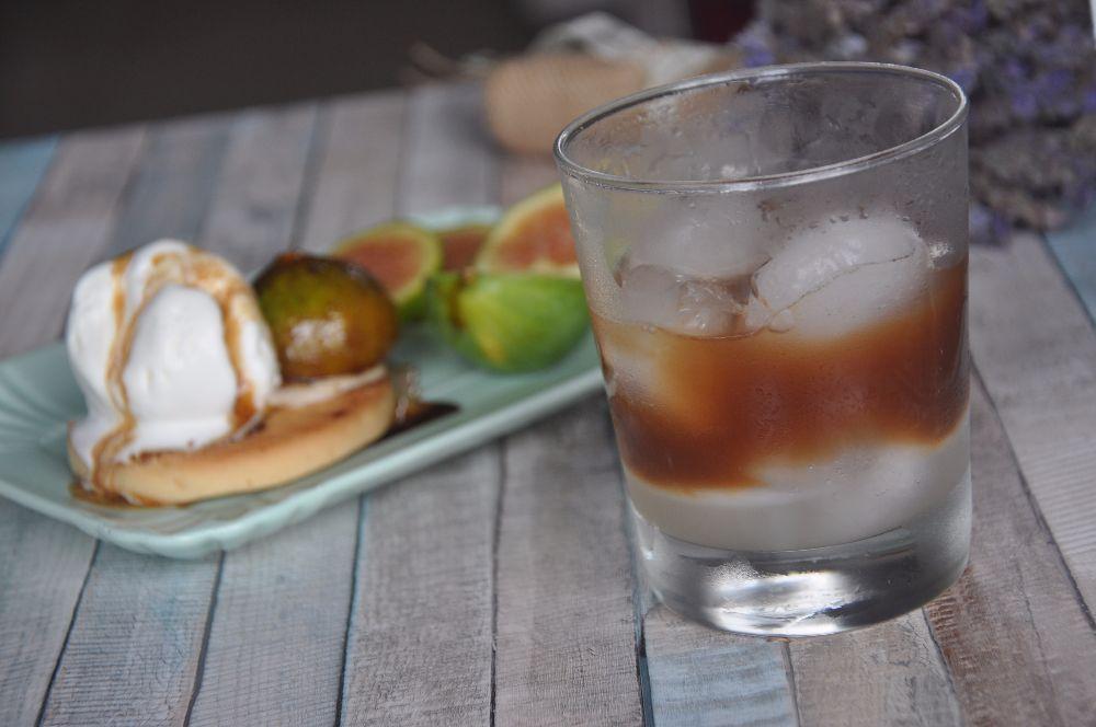 Caffè in ghiaccio con latte di mandorla e dolce
