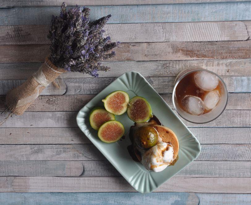 Biscotto al limone con gelato alla crema e fichi caramellati. Accompagnato ad un caffè in ghiaccio con latte di mandorla