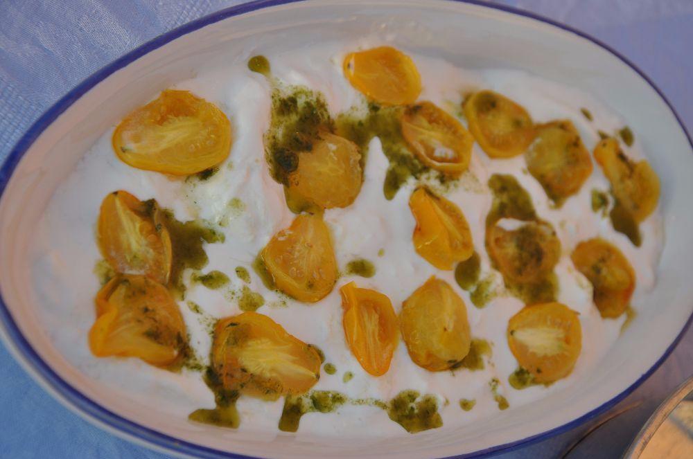 Crema di burrata con pomodori gialli confit e olio al basilico