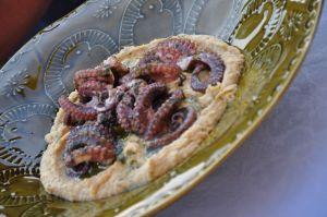 Hummus di ceci con polpo grigliato e olio al basilico