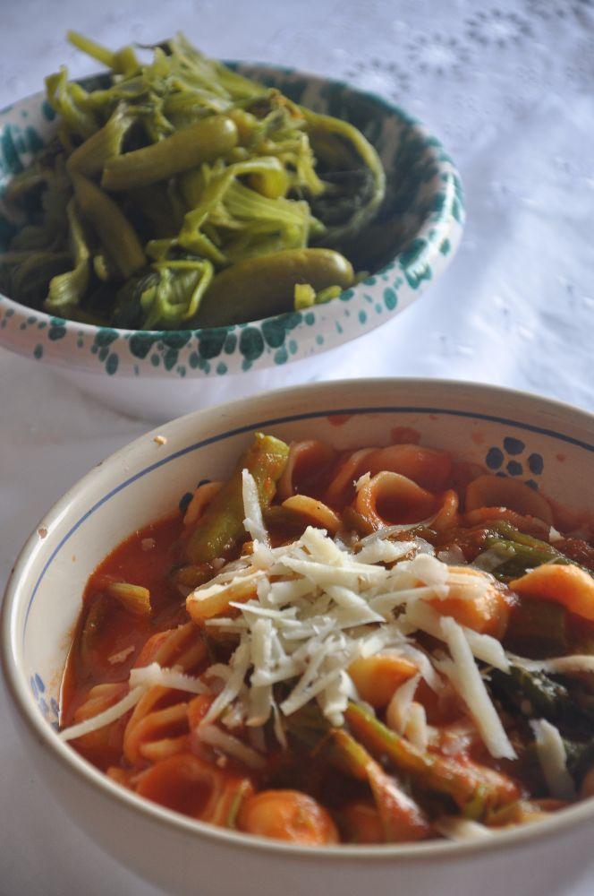 Orecchiette con talli di zucchine, pomodoro e cacioricotta