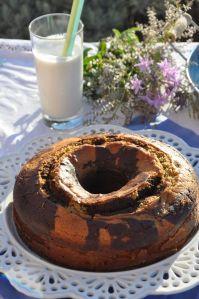 Ciambellone cioccolato e fichi accompagnato da un bicchierone di latte