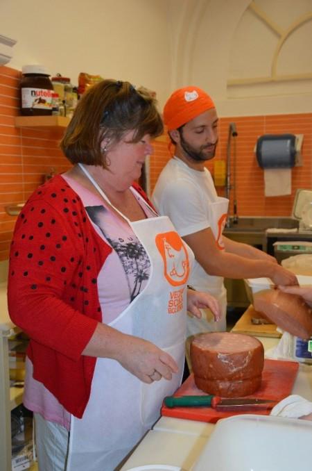Francesco e Zena all'opera con la mortadella per i tortellini