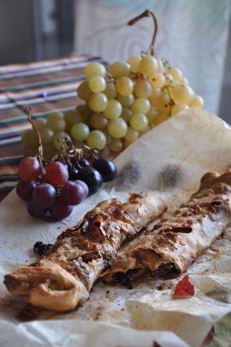 Strudel con uva e nocciole