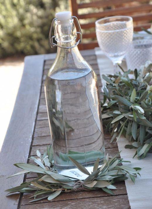 Porta bottiglie fatto con la ghirlanda d'ulivo