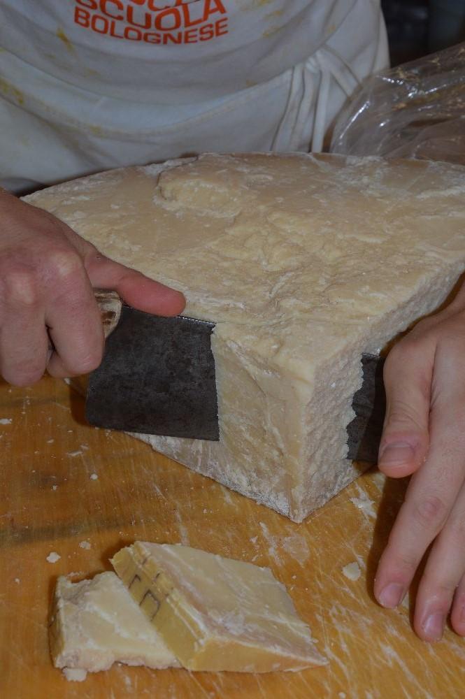 Parmigiano per i tortellini vecchia scuola bolognese