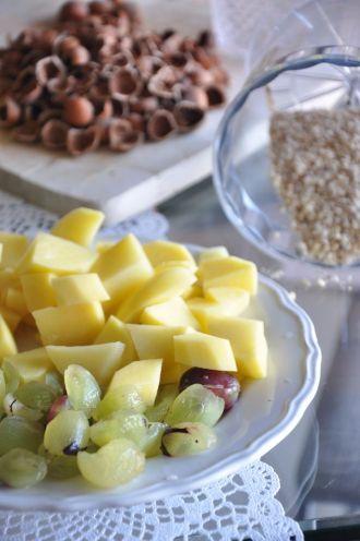 Ingredienti per la zuppa d'uva, nocciole e patate