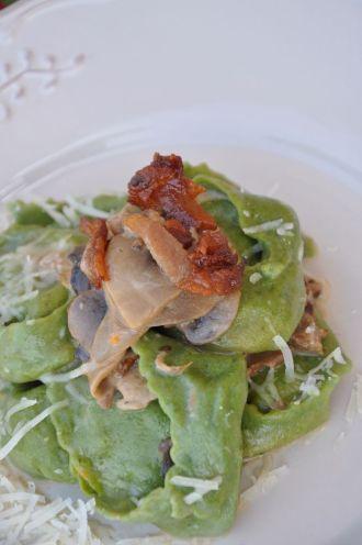 Tortelloni verdi ripieni di con zucca e toma