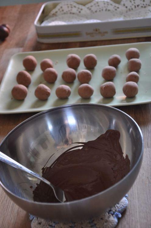 Tartufini di castagne pronti per la copertura al cioccolato