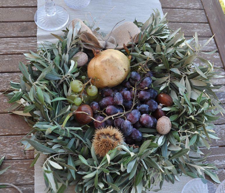 Centrotavola ghirlanda d'ulivo  e frutta di stagione