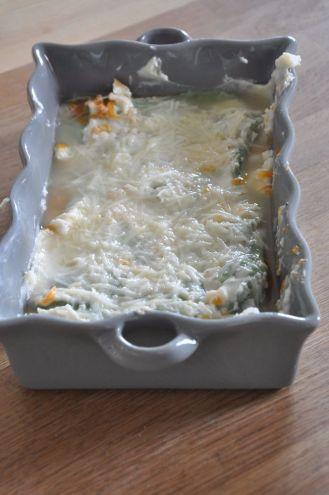 Strato di besciamella e parmigiano per la lasagna