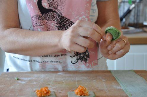Avvolgere il tortellone al dito per la chiusura