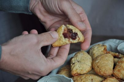 Biscotti rustici ripieni di confettura all'uva fragola e mele