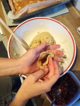 Preparazione biscotti rustici con marmellata di uva fragola