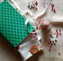 Biscotti alle nocciole a forma di bottone abbinati ad una stoffa in regalo