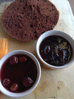 Pan di spagna al cioccolato-visciole al sole-confettura di ciliegie- torta Foresta Nera