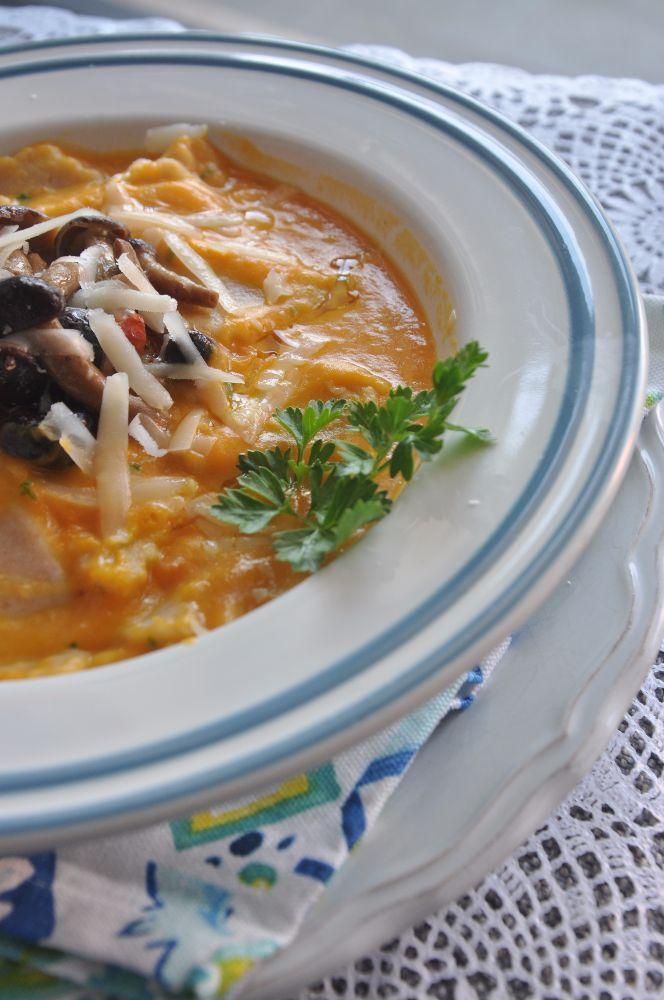 Maltagliati fatti in casa con zucca, funghi chiodini e scaglie di parmigiano