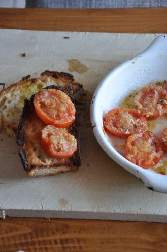 Frittata soufflé con bruschette di pomodorini gratinati