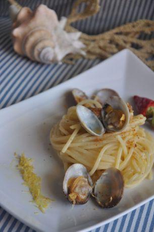 Spaghetti con vongole, bottarga e limoni femminiello del Gargano