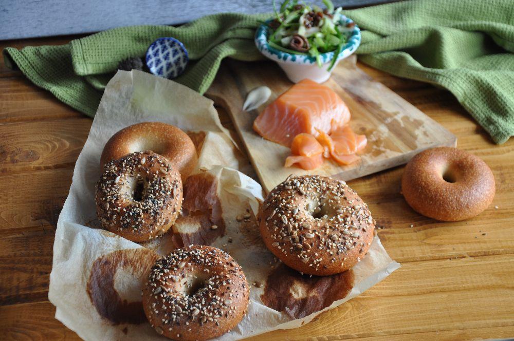 Bagels con semini, farcito con salmone e puntarelle