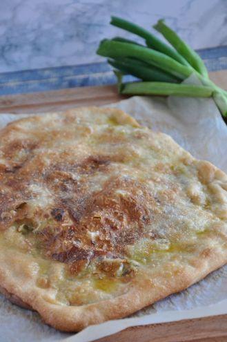 Focaccia con le cipolle e acciughe sott'olio