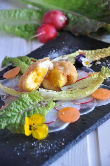 Insalata primavera con uova sode fritte