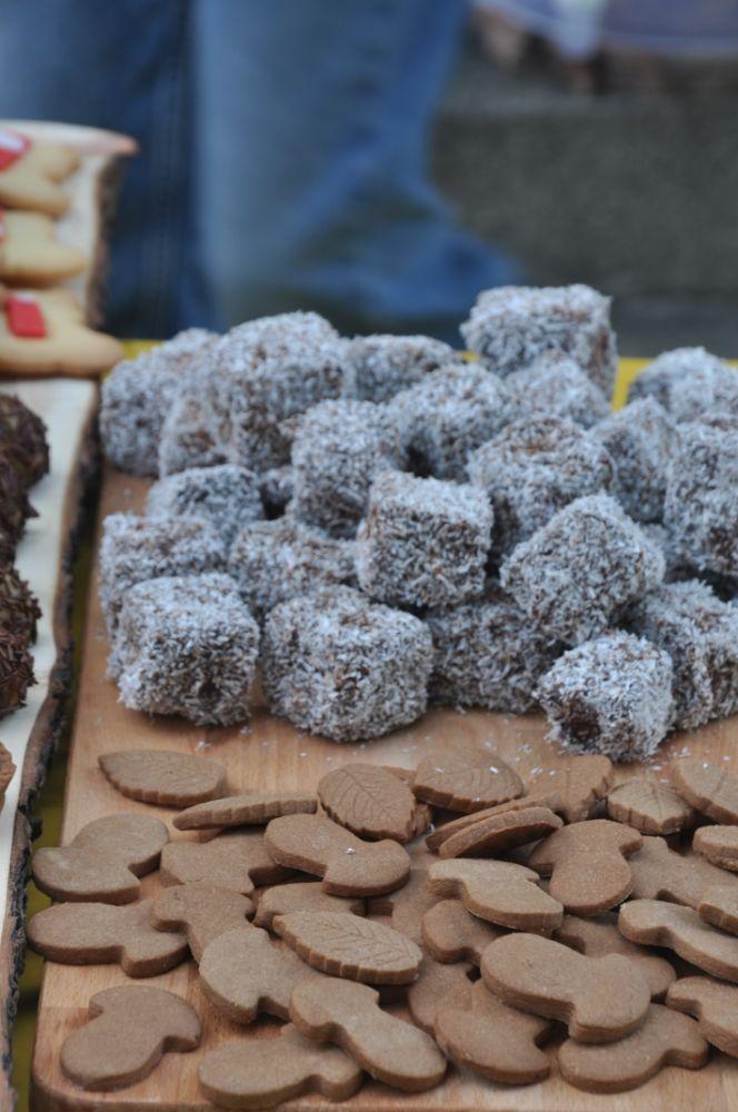 Lamington e foglie di frolla al cioccolato