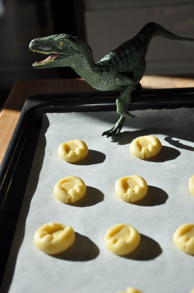 Biscotti con impronta di dinosauro