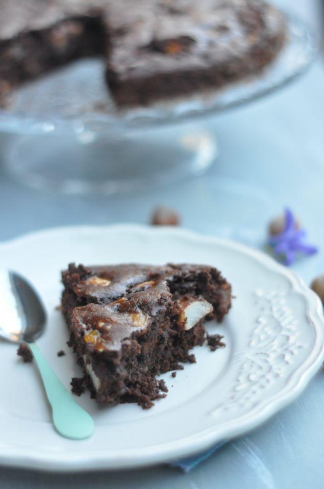 Torta al cioccolato fondente, con pere e nocciole
