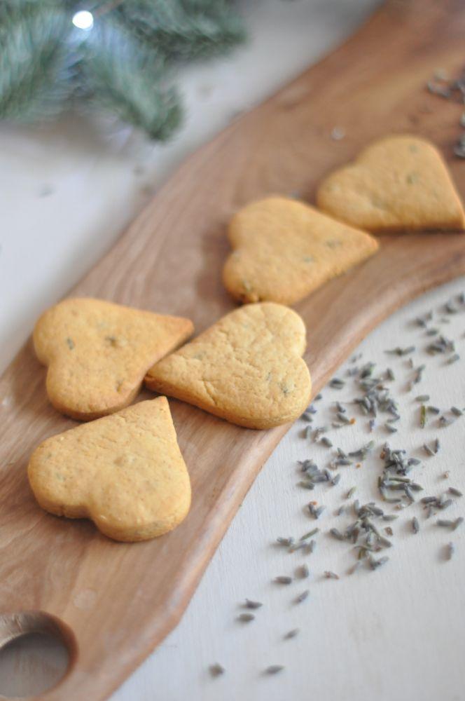 Biscotti alla lavanda a forma di cuore