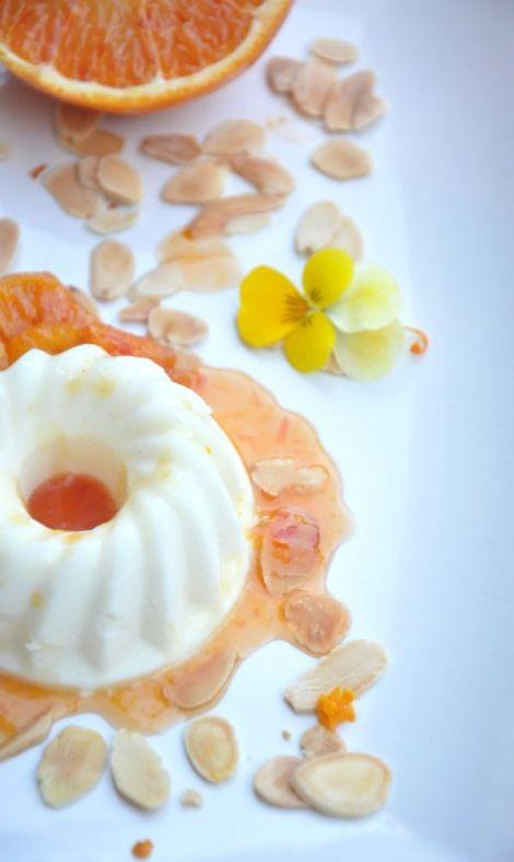 Panna cotta con arance caramellate e mandorle
