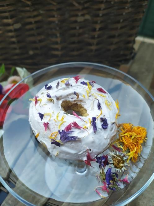 Ciambella glassata con fiori eduli