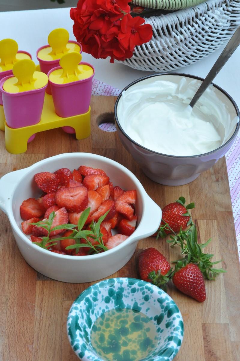 Ghiaccioli fragola, yogurt, miele e erba cedrina