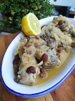 Filetti di tombarello con cipolle, uvetta e salvia