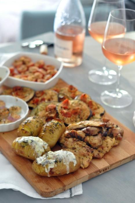Pollo speziato, patate e verdure gratinate